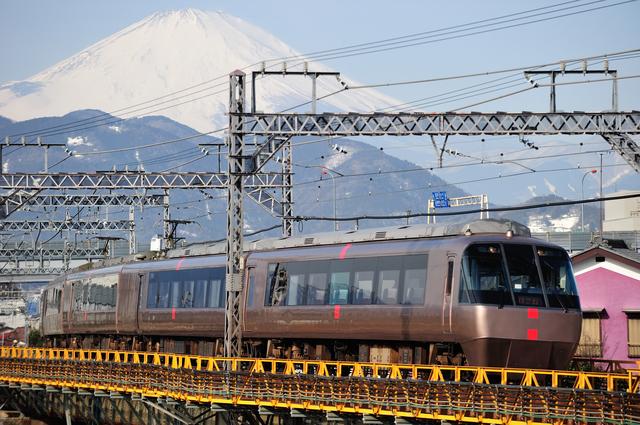 新松田駅風景(富士山をバックにロマンスカー)
